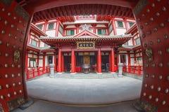SINGAPORE/SINGAPORE - 27 MAR, 2014: Czerwona Chińska świątynia, Buddha fotografia royalty free