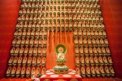 SINGAPORE/SINGAPORE - 27 MARS, 2014: Röd kinesisk tempel, Buddha fotografering för bildbyråer