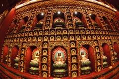 SINGAPORE/SINGAPORE - 27 MARS, 2014: Röd kinesisk tempel, Buddha royaltyfri bild