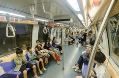 Singapore, Singapore - 20 settembre 2014: Passeggeri in una folla immagine stock