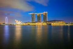 Singapore skyline and Merlion at twilight Royalty Free Stock Photos