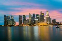 Singapore skyskrapabyggnad på Marina Bay i natt, Singapore Royaltyfri Fotografi