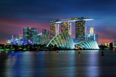 Singapore skyskrapabyggnad på Marina Bay i natt, Singapore Royaltyfri Foto
