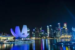 Singapore stad, horisontplatser på nattetid Arkivfoto