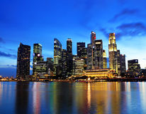 Singapore stad på natten Arkivbilder