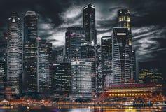 Singapore stad på nattsjösidan Arkivbild