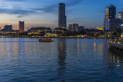 Singapore stad på solnedgången Royaltyfria Foton