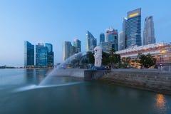 Singapore stad som skyling i affärsområde på skymning arkivfoton