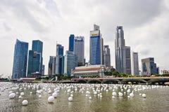 Singapore 28 12 2008: Stadshorisont och marinafjärd Arkivbild