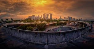 Singapore stadshorisont och sikt av skyskrapor på Marina Barrage Royaltyfri Bild