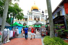 Singapore:Sultan Singapura Mosque. Tourist and crowd taking picture outside the compound of Sultan mosque . Outside the mosque street vendor selling street food Royalty Free Stock Photos