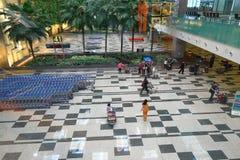Singapore: Väntande på luggare för Changi flygplats Arkivbild