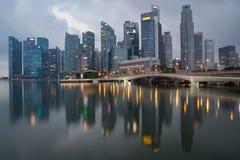 Singapore vóór de dageraadbezinning van de binnenstad Stock Afbeelding