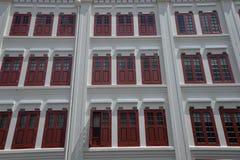 Singapore, vecchio cinese della città alloggia le facciate modello rosso della finestra Immagini Stock