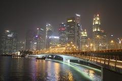 Singapore vid natt har smogräkningar skyskraporna Arkivfoto