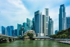 Singapore, vista del distretto aziendale e dell'hotel di Fullerton immagini stock