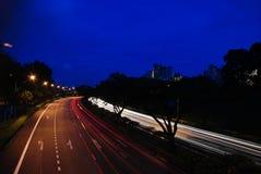 Singapore weg bij nacht Royalty-vrije Stock Afbeeldingen