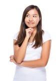 Singaporean vrouw denkt aan idee Stock Foto