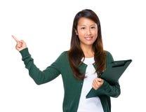 Singaporean vrouw met omhoog klembord en vinger Royalty-vrije Stock Afbeeldingen