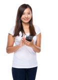 Singaporean vrouwengebruik van mobiele telefoon Stock Afbeelding