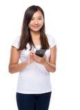 Singaporianskt kvinnabruk av mobiltelefonen Fotografering för Bildbyråer