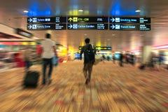 Singapour - 5 mai 2012 - aéroport international de Changi, les gens r Image stock