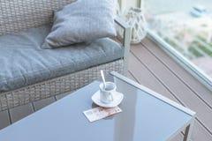 Singapour billet de dix dollars et tasse de café vide sur une table en verre de café extérieur Paiement, astuce photos libres de droits