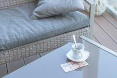 Singapour billet de dix dollars et tasse de café vide sur une table en verre de café extérieur Paiement, astuce images stock