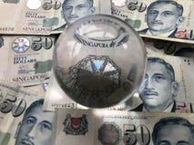 Singapour $50 billets de banque et une boule de cristal