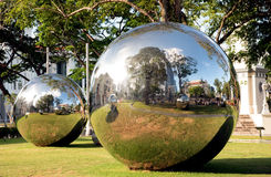 Singapour décembre 2015 Boules de miroir dans la place d'impératrice à Singapour Image libre de droits