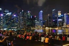 SINGAPOUR -14 en octobre 2018 : Beaucoup d'assistances observent l'exposition de lumière et d'eau, chansons de la mer à l'avant d photos libres de droits