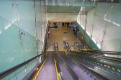 SINGAPOUR, SINGAPOUR - 30 JANVIER 2018 : Escalator à l'aéroport international de Changi à Singapour Photos stock