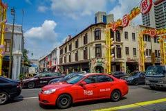 SINGAPOUR, SINGAPOUR - 30 JANVIER 2018 : Fermez-vous de beaucoup de voitures dans Chinatown rénové à Singapour montrant le succès Images stock