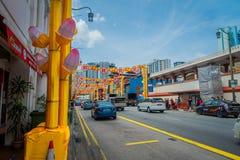 SINGAPOUR, SINGAPOUR - 30 JANVIER 2018 : Fermez-vous de beaucoup de voitures dans Chinatown rénové à Singapour montrant le succès Image libre de droits