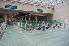 SINGAPOUR, SINGAPOUR - 30 JANVIER 2018 : Homme non identifié marchant près d'un escalator à l'aéroport international de Changi Photo stock
