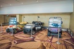 SINGAPOUR, SINGAPOUR - 30 JANVIER 2018 : La vue intérieure de trois petites voitures a garé dans l'aéroport de Changi Photo stock