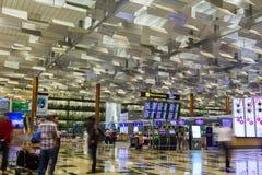 SINGAPOUR - 8 JANVIER 2017 : Les visiteurs marchent autour du départ Hall dans l'aéroport international de Changi, Singapour Images libres de droits