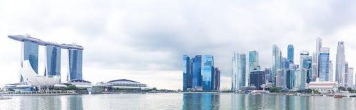 Singapour, 14 janvier 2016 : Panorama d'hôtel de Marina Bay Sands, de pont, de musée et de secteur financier Images libres de droits