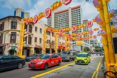 SINGAPOUR, SINGAPOUR - 30 JANVIER 2018 : Vue de COutdoor de beaucoup de voitures dans Chinatown rénové dans la représentation de  Images libres de droits
