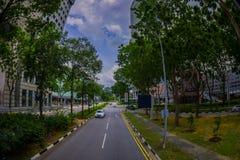 SINGAPOUR, SINGAPOUR - 30 JANVIER 2018 : Vue extérieure de beaucoup de voitures dans un entourage de route de la végétation au pu Photos libres de droits