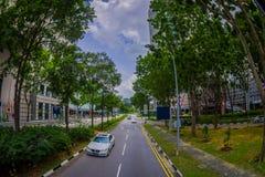 SINGAPOUR, SINGAPOUR - 30 JANVIER 2018 : Vue extérieure de beaucoup de voitures dans un entourage de route de la végétation au pu Images libres de droits