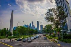 SINGAPOUR, SINGAPOUR - 30 JANVIER 2018 : Vue extérieure des certaines voitures, rue et scène urbaine dans le secteur central de Photo stock
