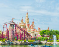 SINGAPOUR 20 juillet 2015 : beaux château et montagnes russes dans U Photos libres de droits