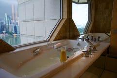 SINGAPOUR - 23 juillet 2016 : chambre d'hôtel de luxe avec l'intérieur moderne, beau grand marbre de salle de bains Image stock