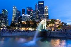Singapour - 15 juillet : Fontaine de Merlion au crépuscule, le 15 juillet 2013 Image libre de droits
