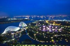 Singapour - 8 juillet : Les arbres superbes dans les jardins par la baie se garent, regardent de Marina Bay Sands Hotel au le 8 j Photo stock