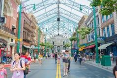 SINGAPOUR - 20 JUILLET : Touristes et visiteurs de parc à thème prenant la PIC Image stock
