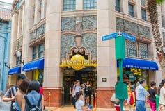 SINGAPOUR - 20 JUILLET : Touristes et visiteurs de parc à thème prenant la PIC Photos libres de droits