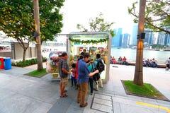 Singapour : Kiosque de nourriture le long d'avant de l'eau à l'esplanade photographie stock libre de droits