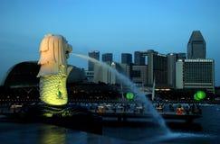 Singapour : Le Merlion et l'horizon Photographie stock
